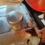 mv-agusta-125-tra-pulizia-motore-tappo-olio